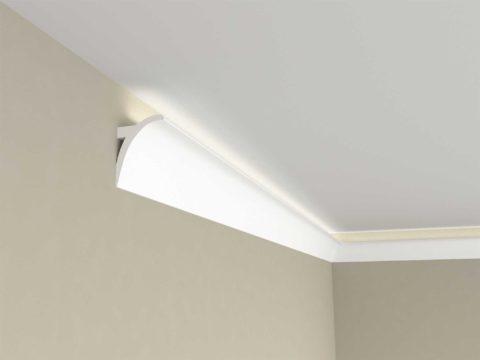 Багет с подсветкой наклеивается на стену в пяти сантиметрах от потолка