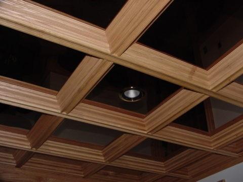 Балки из МДФ можно сочетать с глянцевыми внутренними вставками, что позволит визуально «поднять» потолок