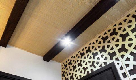 Бамбуковые обои на потолке