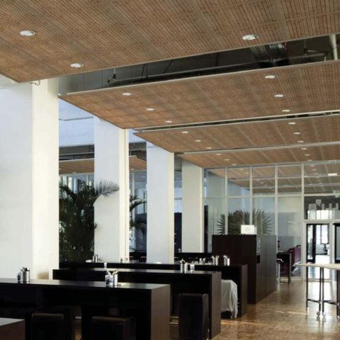 Бамбуковые панели на потолке общественного помещения