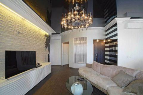 Белая гостиная с чёрным глянцевым потолочным покрытием