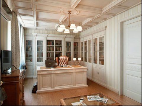 Белый кессонный потолок в рабочем кабинете