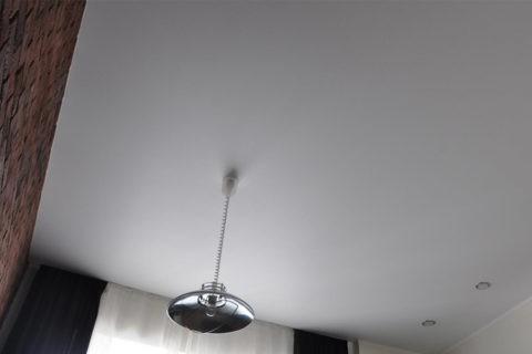 Белый матовый потолок выглядит стильно при всей своей простоте