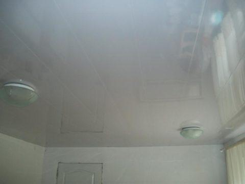 Белый потолок заставит комнату казаться просторнее