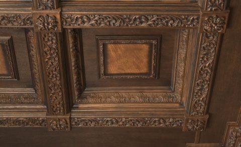 Богатая отделка кессонной конструкции из дерева при помощи художественной резьбы