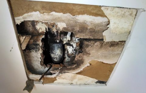 Часто подвесной потолок течет из-за спрятанных в нём коммуникаций