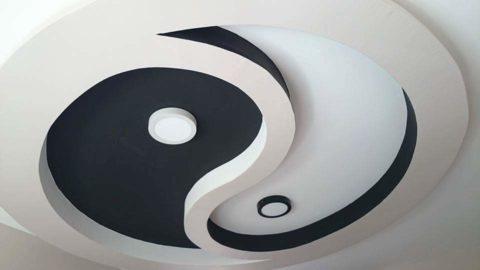 Чёрное и белое матовое полотно в оригинальном дизайне потолка