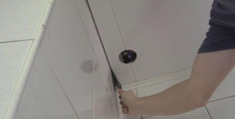 Чтобы соединить замок, отожмите панель от стены шпателем