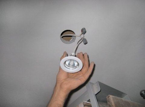 Чтобы установить софит, отожмите пальцами два фиксатора на его корпусе