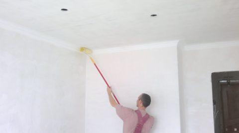 Даже после нанесения третьего слоя окраска потолка остается неравномерной