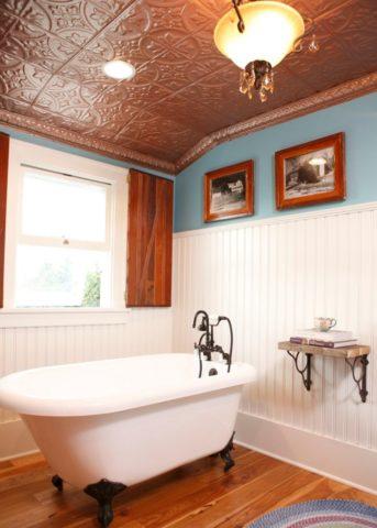 Даже с недорогой потолочной плиткой можно получить интересный интерьер