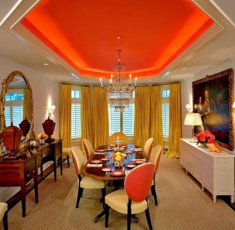 Даже строгая классическая столовая заиграла по-другому с таким потолком