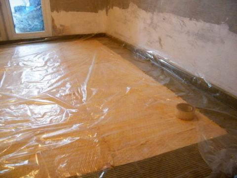 Даже в пустом помещении пленка на полу избавит от дальнейшей уборки, особенно если вы шпаклюете или штукатурите