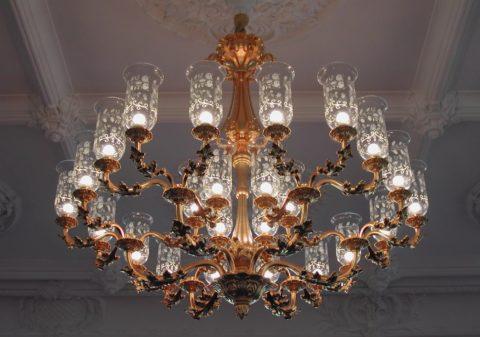 Декоративная люстра для зала