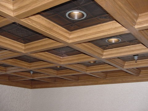 Декоративные металлические вставки органично сочетаются с деревянными балками