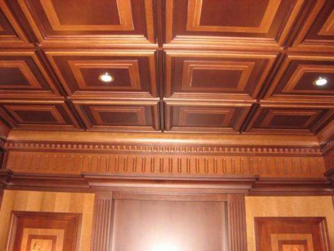 Деревянные панели со встроенными точечными светильниками выглядят современно и дорого