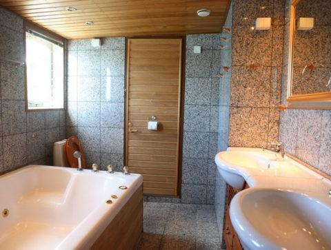 Деревянные потолки в ванной комнате