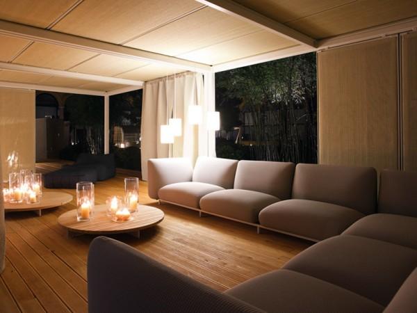 Деревянные потолочные панели в интерьере гостиной
