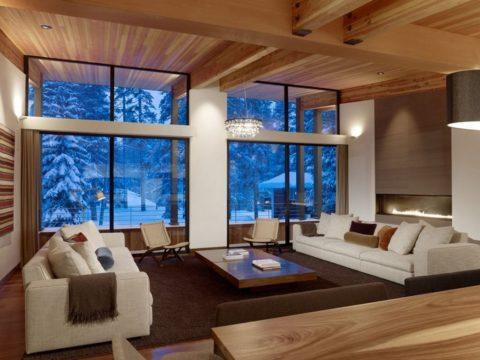 Деревянный потолок с балками в загородном коттедже