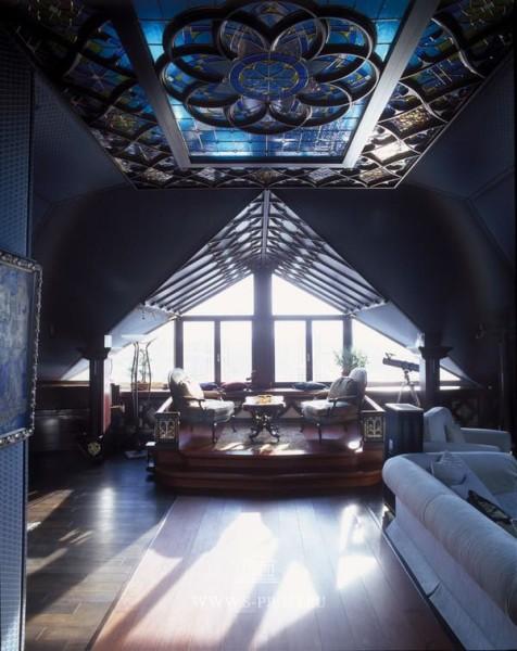 Деревянный потолок сложной конфигурации в готическом интерьере