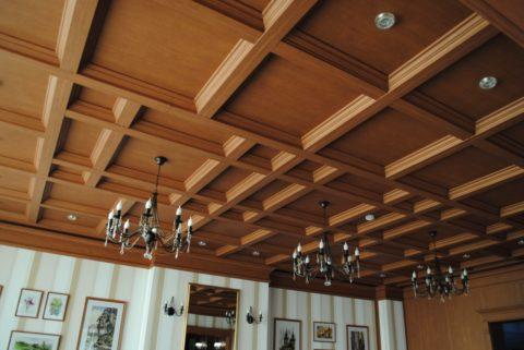 Динамики потолочной конструкции можно придать за счет использования элементов разного габарита