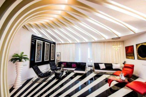 Дизайн гостиной в смелых контрастных цветах