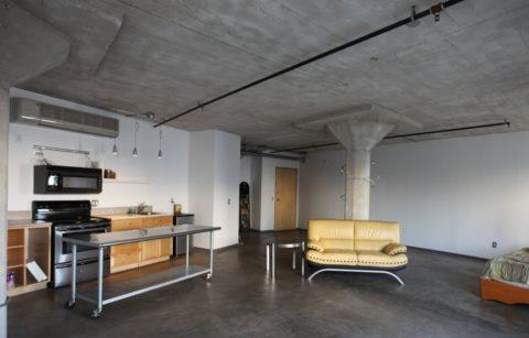 Дизайн потолочной поверхности в стиле лофт