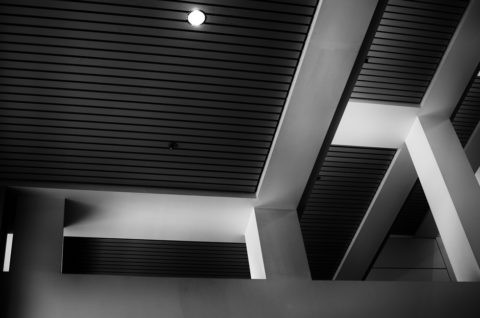 Дизайнерские потолки реечные на кухне