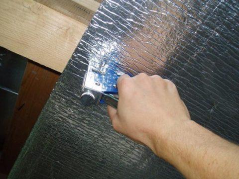 Для крепления используется степлер