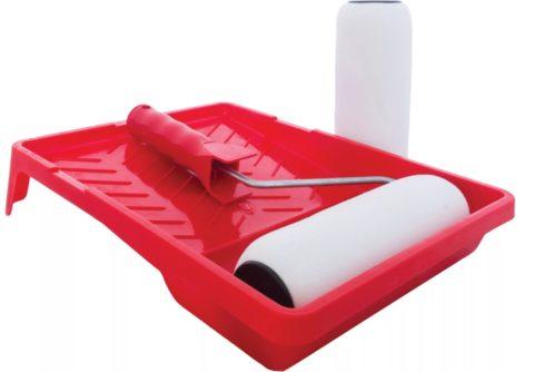Для нанесения клея нужен валик с поролоновой шубкой и пластиковая ванночка