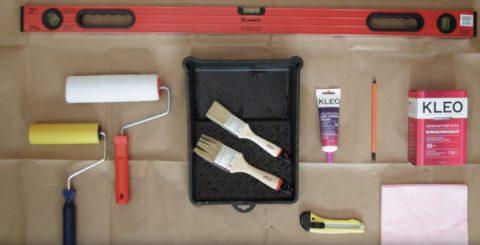 Для поклейки 3D обоев нужны самые обычные инструменты