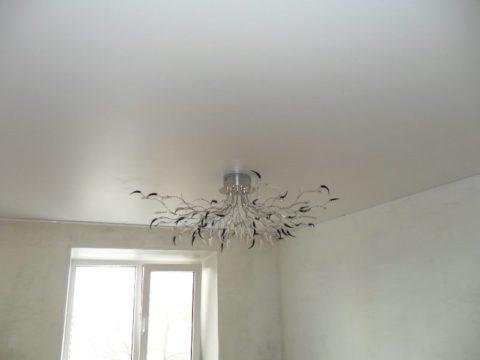 Для потолка на кухне выбирают глянцевую краску, которую можно мыть