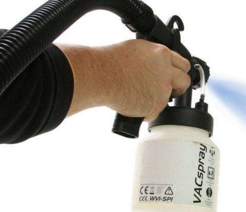 Для работы пылесосом понадобится специальный распылитель с емкостью