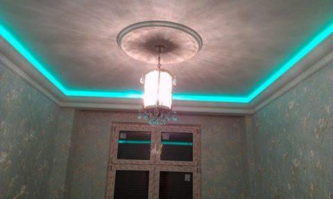 Дополнительная подсветка потолка установлена за потолочными багетами