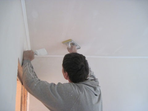 Доводка потолка до гладкости выполняется абразивной сеточкой или наждаком