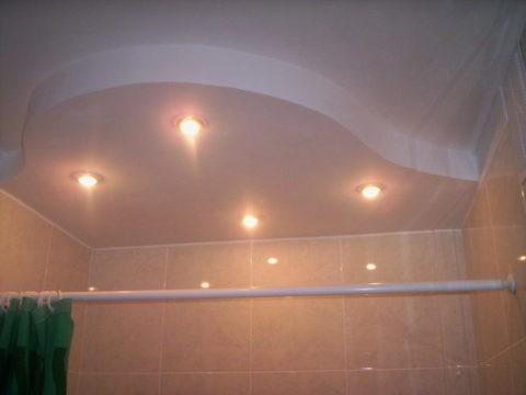 Двухуровневый потолок из ГКЛ в ванной комнате