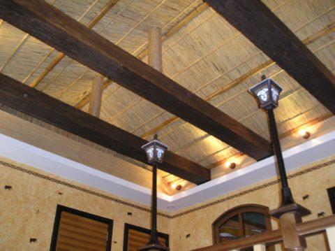 Двускатная крыша изнутри отделана тонким бамбуком