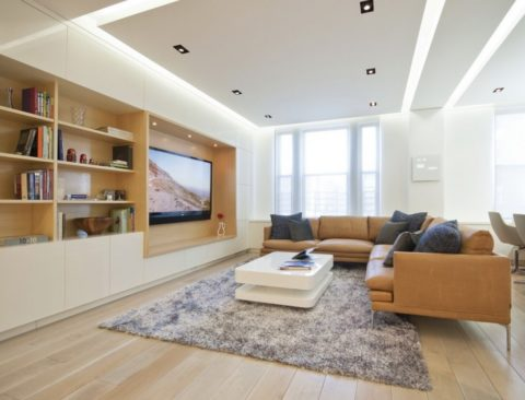 Эффект парящего потолка достигается при помощи галогеновой подсветки в подвесной конструкции