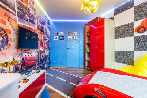 Эффект парящего потолка можно создать при помощи диодной ленты, установленной по периметру подвесной конструкции