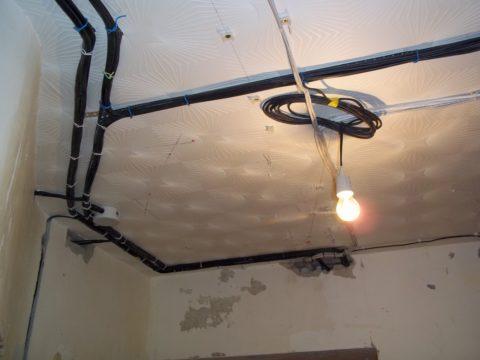 Электрическая разводка перед монтажом подвесного потолка, выполненная поверх плитки