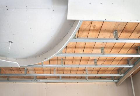 Если к стенам листы можно просто приклеить, то для отделки потолка обязательно нужен каркас