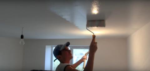 Если не знаете, как удалить желтые пятна на потолке, закрасьте их масляной краской