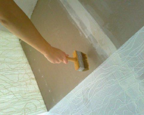 Если потолок не шпаклевать, через тонкие обои могут просвечивать стыки