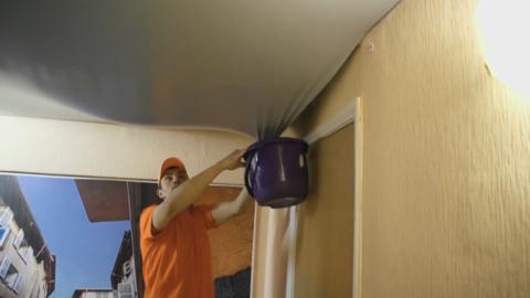 Если потолок отверстий не имеет, то придется полотно частично демонтировать