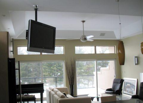 Если стены сделаны из непрочного газоблока, то технику можно навешивать на потолок