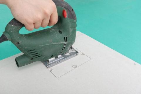 Фигурные вырезы делаются электрическим лобзиком