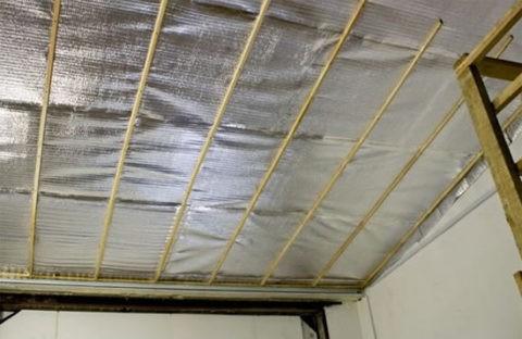 Фольгированный пенополиэтилен на потолке