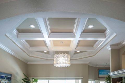 Форма потолка может принимать любые геометрические параметры