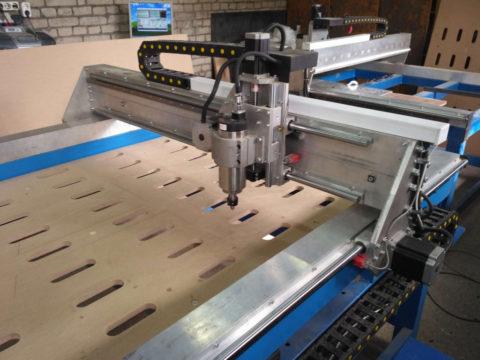 Фрезерный станок для обработки панелей с габаритами до 1 х 2 м