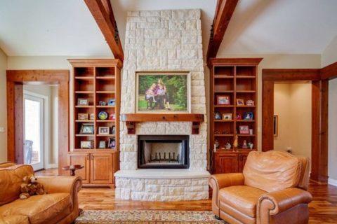 Гармоничный дизайн потолка и обстановки гостиной